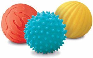 LUDI – Coffret de 3 petites balles sensorielles. Dès 6 mois. 2 balles nervurées et 1 balle à picots tendre pour les massages. Balles souples et faciles à agripper. Diamètre : 8 cm – réf. 30008